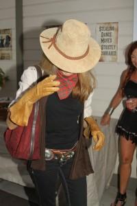 Mimi arriving w: hat